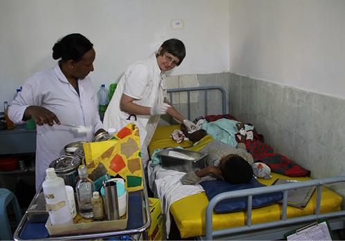 Ärztliche Leiterin Dr. Rita Schiffer auf Visite im Krankenhaus Attat in Äthiopien