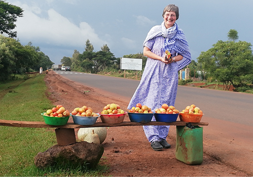 MMS-Schwester Dr. Rita Schiffer vom Krankenhaus Attat beim Einkauf für ihr Team