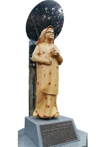 Spuren Kunst heute - Statue Anna Dengel aus Holz geschnitzt in Steeg von Robert Lorenz