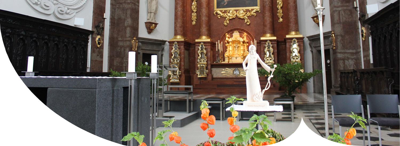 Verein Freunde Anna Dengel Aktivitäten - Holzstatue Anna Dengel bei einer Messe in der Jesuitenkirche in Innsbruck